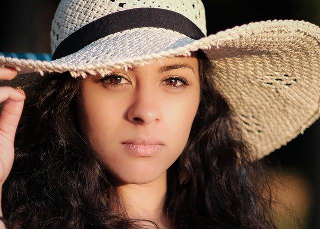 twarz i kapelusz