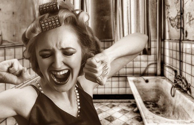 Remont łazienki - krzycząca kobieta